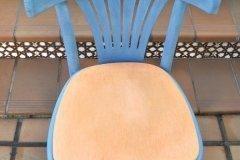 Silla con Azul real y cera blanca. Asiento en Melocotón
