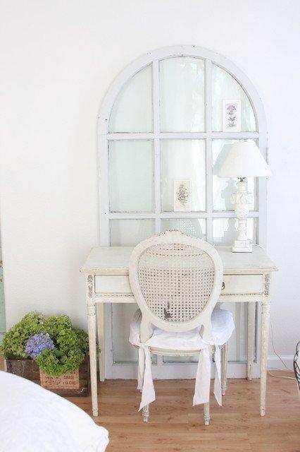 ventana con escritorio rustico