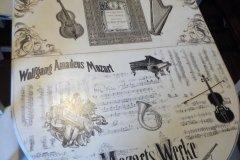 Mesa con decoupage y transferencias de motivos musicales.
