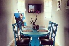 Mesa y sillas de salón turquesa vivo