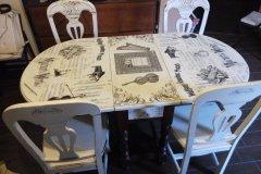 Mesa con decoupage y transferencias y sillas decapadas en Blanco Antiguo.
