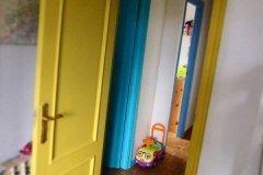 """Coloridas puertas en """"casa con niños"""""""
